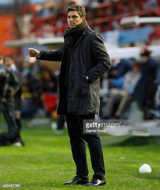 Mauricio Pellegrino Coach of Estudiantes gives instructions to his players during a match between Arsenal and Estudiantes as part of the first round...