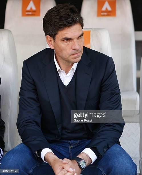 Mauricio Pellegrino coach of Estudiantes looks on during a match between Estudiantes and Gimnasia y Esgrima La Plata as part of Torneo de Transicion...