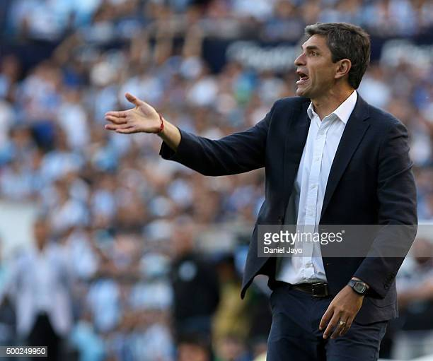 Mauricio Pellegrino coach of Independiente gives instructions to his players during a second leg match between Independiente and Racing Club as part...