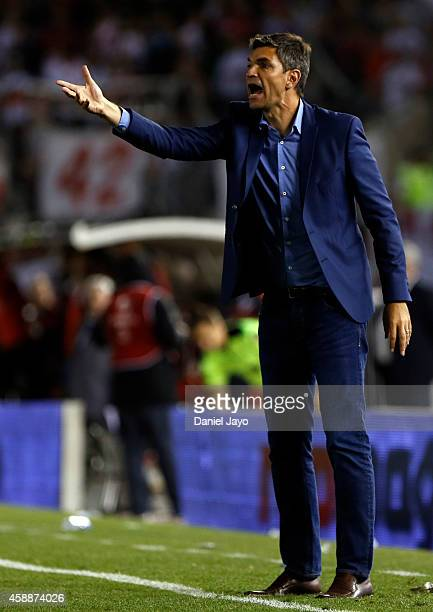 Mauricio Pellegrino head coach of Estudiantes gives directions to his players during a match between River Plate and Estudiantes as part of 14th...