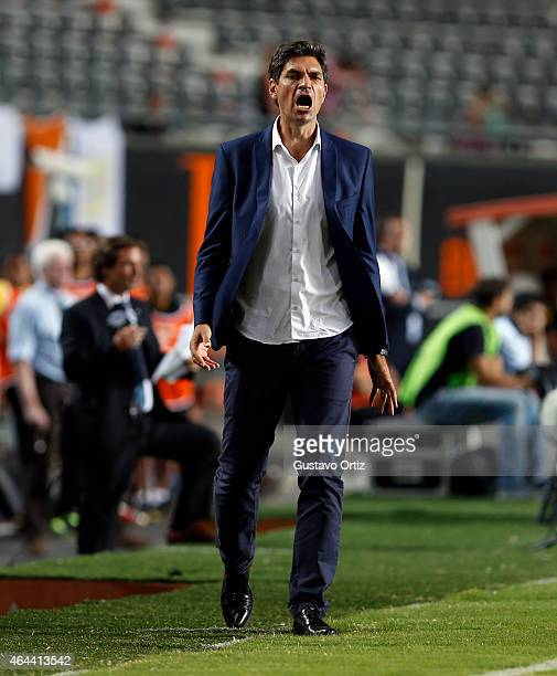 Mauricio Pellegrino head coach of Estudiantes shouts instructions to his players during a match between Estudiantes and Barcelona as part of Copa...