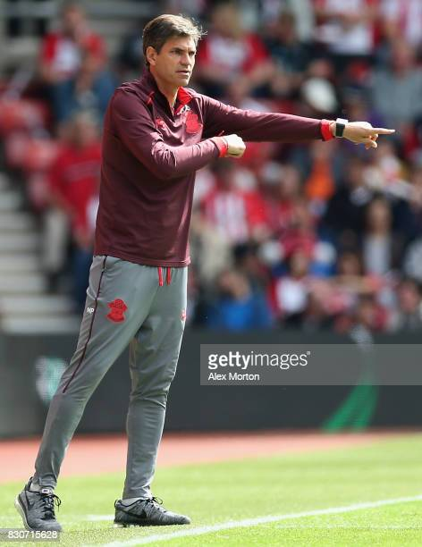 Mauricio Pellegrino Manager of Southampton gives his team instructions during the Premier League match between Southampton and Swansea City at St...