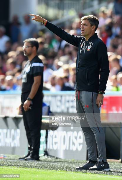 Mauricio Pellegrino Manager of Southampton gives his team instructions during the Premier League match between Huddersfield Town and Southampton at...