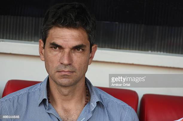 Mauricio Pellegrino of Estudiantes looks on during a match between Argentinos Juniors and Estudiantes as part of fifth round of Torneo Primera...
