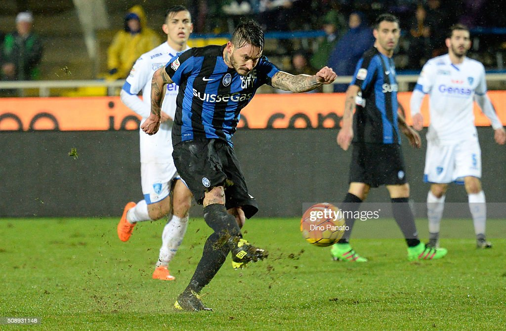 Mauricio Pinilia of Atalanta BC takes a shot during the Serie A match between Atalanta BC and Empoli FC at Stadio Atleti Azzurri d'Italia on February 7, 2016 in Bergamo, Italy.
