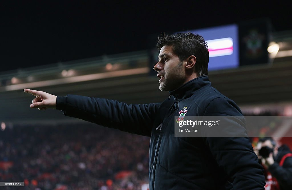 Mauricio Pochettino new manager of Southampton gives instructions prior to the Barclays Premier League match between Southampton and Everton at St Mary's Stadium on January 21, 2013 in Southampton, England.