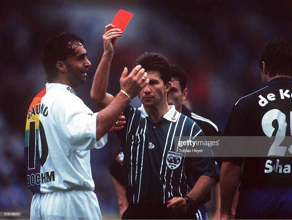 2; Maurizio GAUDINO/BOCHUM, Schiedsrichter ALBRECHT zeigt die ROTE