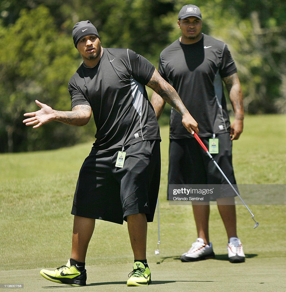 Maurkice Pouncey left tries to guide his errant putt as brother