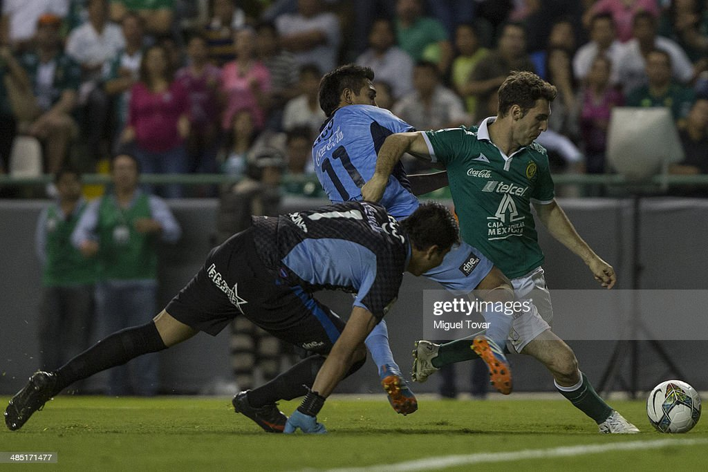 <a gi-track='captionPersonalityLinkClicked' href=/galleries/search?phrase=Mauro+Boselli&family=editorial&specificpeople=2954343 ng-click='$event.stopPropagation()'>Mauro Boselli</a> of Leon fights for the ball with Gerardo CŽesar Yecerotte during a second round match between Leon and Bolivar as part of the Copa Bridgestone Libertadores 2014 at Leon Stadium on April 16, 2014 in Leon, Mexico.