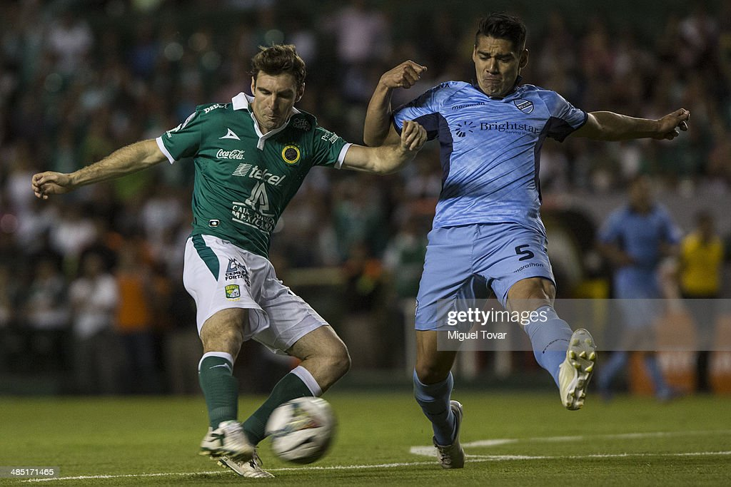 <a gi-track='captionPersonalityLinkClicked' href=/galleries/search?phrase=Mauro+Boselli&family=editorial&specificpeople=2954343 ng-click='$event.stopPropagation()'>Mauro Boselli</a> of Leon fights for the ball with Walter Flores of Bolivar during a second round match between Leon and Bolivar as part of the Copa Bridgestone Libertadores 2014 at Leon Stadium on April 16, 2014 in Leon, Mexico.