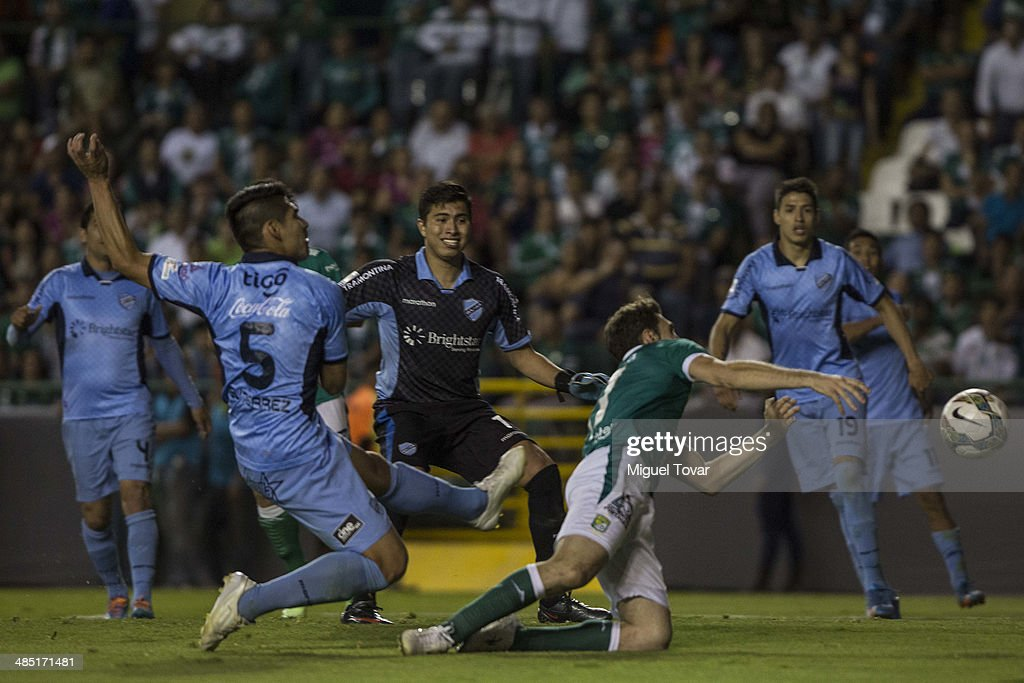 <a gi-track='captionPersonalityLinkClicked' href=/galleries/search?phrase=Mauro+Boselli&family=editorial&specificpeople=2954343 ng-click='$event.stopPropagation()'>Mauro Boselli</a> of Leon makes a goal during a second round match between Leon and Bolivar as part of the Copa Bridgestone Libertadores 2014 at Leon Stadium on April 16, 2014 in Leon, Mexico.