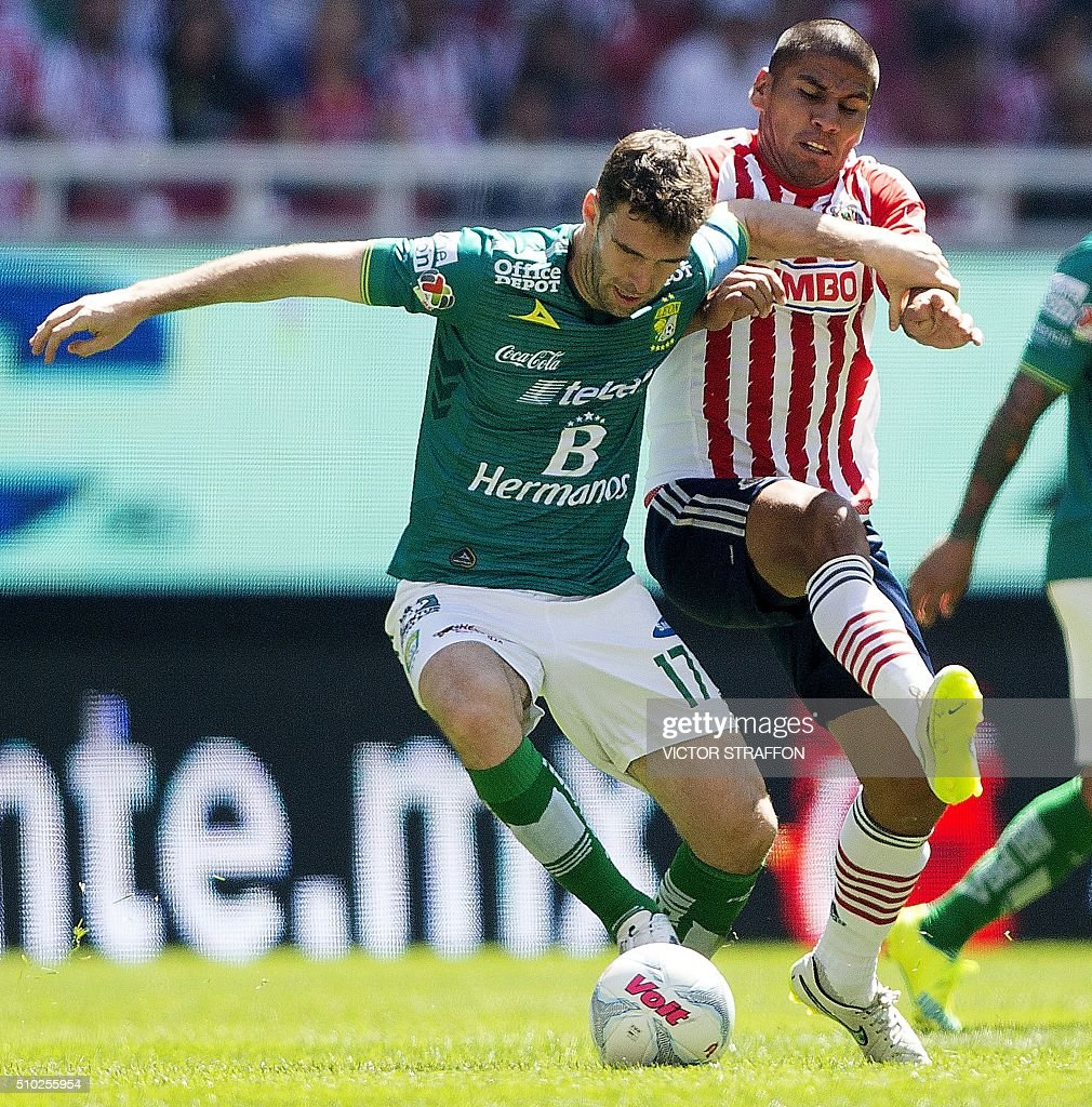 Mauro Boselli of Leon (L) vies for the ball with Carlos Salcido (R) of Guadalajara, during their Mexican Clausura tournament football match at the Omnilife stadium on February 14, 2016, in Guadalajara City. AFP PHOTO/VICTOR STRAFFON / AFP / VICTOR STRAFFON