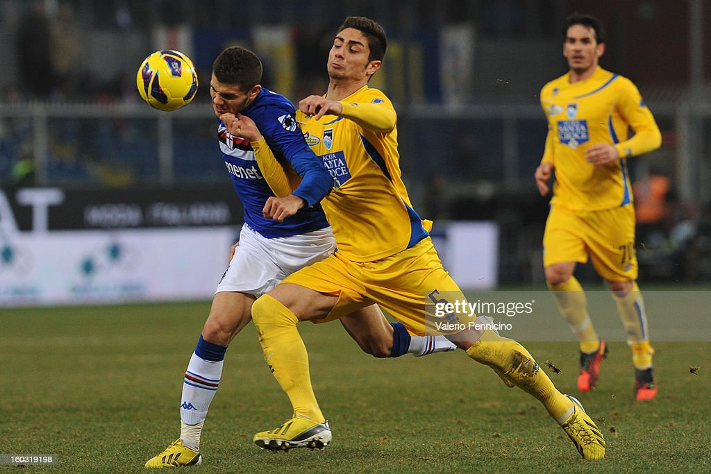 Mauro Emanuel Icardi (L) of UC Sampdoria competes with Marco Capuano of Pescara during the Serie A match between UC Sampdoria and Pescara at Stadio Luigi Ferraris on January 27, 2013 in Genoa, Italy.