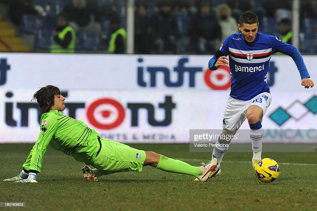 Mauro Emanuel Icardi (R) of UC Sampdoria turns Mattia Perin of Pescara during the Serie A match between UC Sampdoria and Pescara at Stadio Luigi Ferraris on January 27, 2013 in Genoa, Italy.