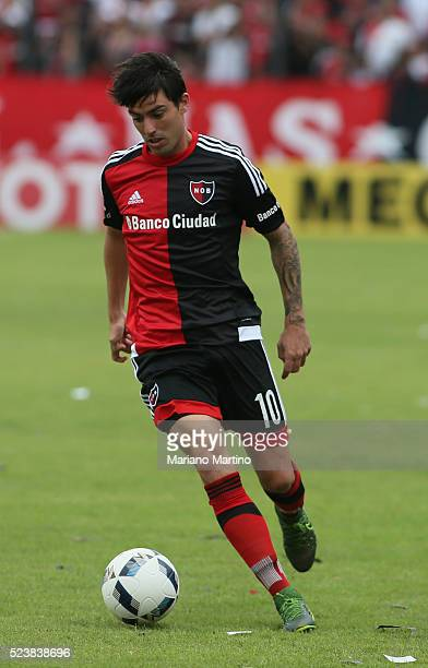 Mauro Formica of Newell's drives the ball during a match between Newell's Old Boys and Rosario Central as part of round 12 of Torneo Transicion 2016...