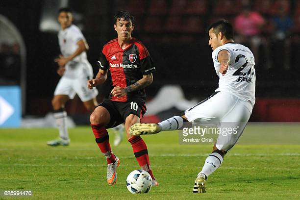 Mauro Formica of Newell´s Old Boys fights for the ball with Ivan Torres of Colon during a match between Colon and Newell's Old Boys as part of Torneo...