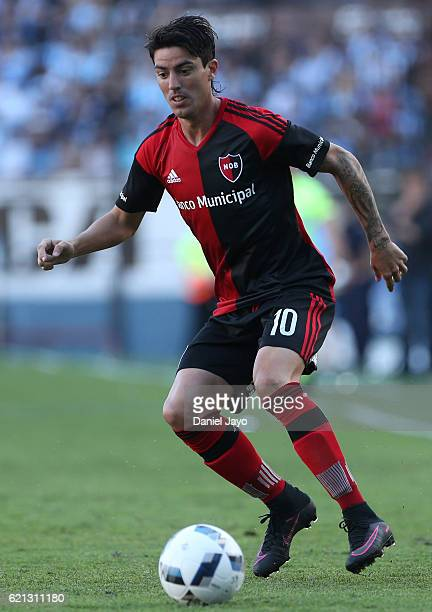 Mauro Formica of Newell's Old Boys plays the ball during a match between Racing Club and Newell's Old Boys as part of Torneo Primera Division 2016/17...