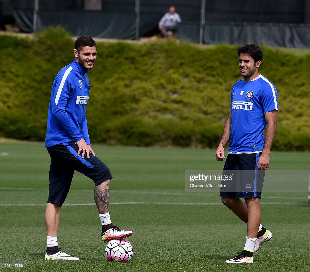 <a gi-track='captionPersonalityLinkClicked' href=/galleries/search?phrase=Mauro+Icardi&family=editorial&specificpeople=9761957 ng-click='$event.stopPropagation()'>Mauro Icardi</a> (L) and Eder chat during the FC Internazionale training session at the club's training ground at Appiano Gentile on May 5, 2016 in Como, Italy.