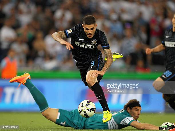 Mauro Icardi of FC Internazionale Milano competes for the ball with SS Lazio goalkeeper Federico Marchetti during the Serie A match between SS Lazio...