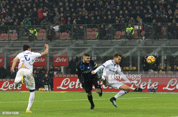 Mauro Icardi of FC Internazionale scores the goal during the Serie A match between FC Internazionale and Atalanta BC at Stadio Giuseppe Meazza on...