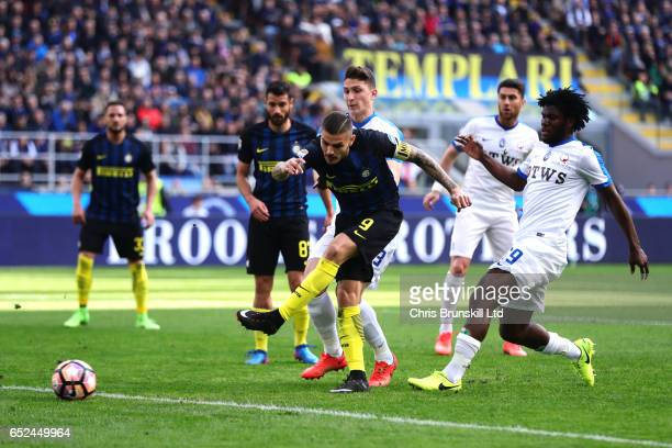 Mauro Icardi of FC Internazionale scores the opening goal during the Serie A match between FC Internazionale and Atalanta BC at Stadio Giuseppe...