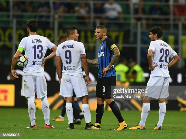 Mauro Icardi of FC Internazionale speaks with Giovanni Simeone of ACF Fiorentina during the Serie A match between FC Internazionale and ACF...