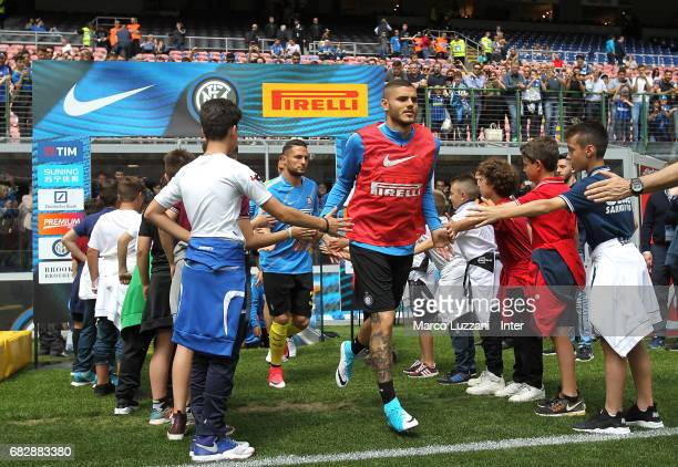 Mauro Icardi of FC Internazionale warms up ahead of the Serie A match between FC Internazionale and US Sassuolo at Stadio Giuseppe Meazza on May 14...