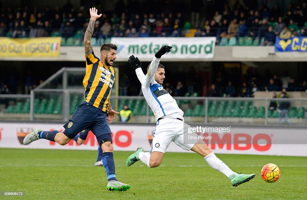 <a gi-track='captionPersonalityLinkClicked' href=/galleries/search?phrase=Mauro+Icardi&family=editorial&specificpeople=9761957 ng-click='$event.stopPropagation()'>Mauro Icardi</a> (R) of Internazionale Milano competes with Eros Pisano of Hellas Verona during the Serie A match between Hellas Verona FC and FC Internazionale Milano at Stadio Marc'Antonio Bentegodi on February 7, 2016 in Verona, Italy.