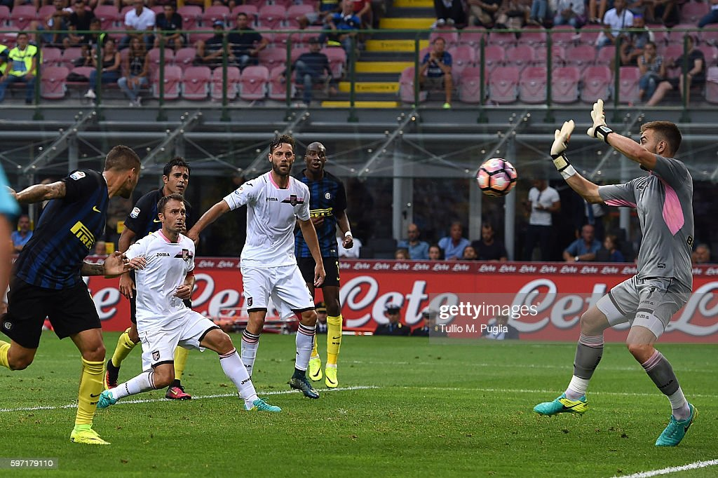 Mauro Icardi of Internazionale scores the equalizing goal during the Seria A match between FC Internazionale and US Citta di Palermo at Stadio...