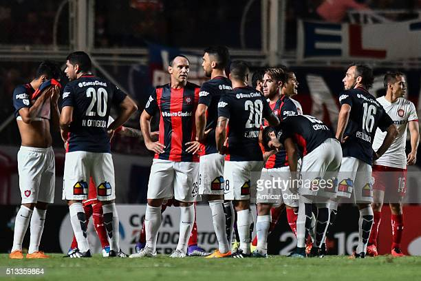 Mauro Matos of San Lorenzo talks with his teammates after a first half during a group stage match between San Lorenzo and Toluca as part of Copa...