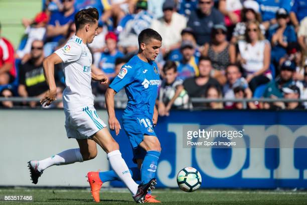 Mauro Wilney Arambarri Rosa of Getafe CF fights for the ball with Marcos Llorente of Real Madrid during the La Liga 201718 match between Getafe CF...