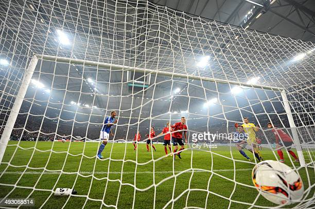 Max Meyer of FC Schalke 04 scores the 21 during the game between Schalke 04 and Hertha BSC on October 17 2015 in Gelsenkirchen Germany