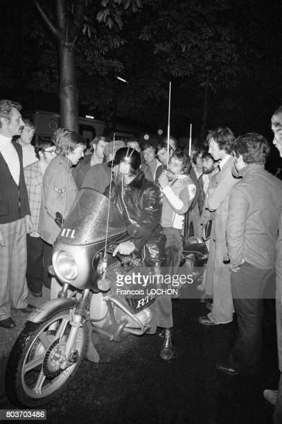 Max Meynier animateur radio à RTL au milieu des routiers en janvier 1976 en France