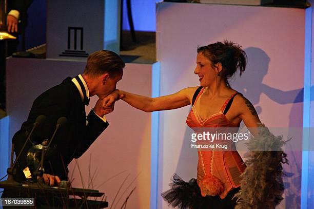 Max Raabe Küsst Meret Becker Die Hand Bei Der Verleihung Des 14 Bz Kulturpreis In Der Ullsteinhalle In Berlin Am 020205
