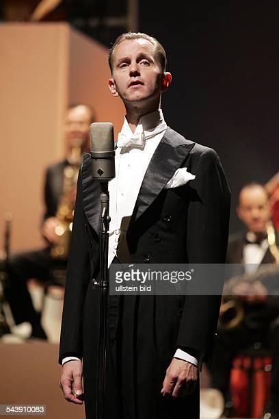 Matthias Otto Musiker Saenger Conferencier D Auftritt mit dem Palastorchester im Opernhaus Koeln