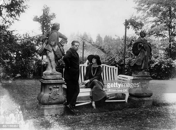 Max Reihnardt Regisseur Schauspieler A mit Diana Manners im Park von Schloss Leopoldskron 1905