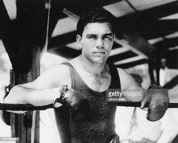 Max Schmeling Max Schmeling * Sportsman entrepreneur Germany Max Schmeling taking a break at a training session around 1930