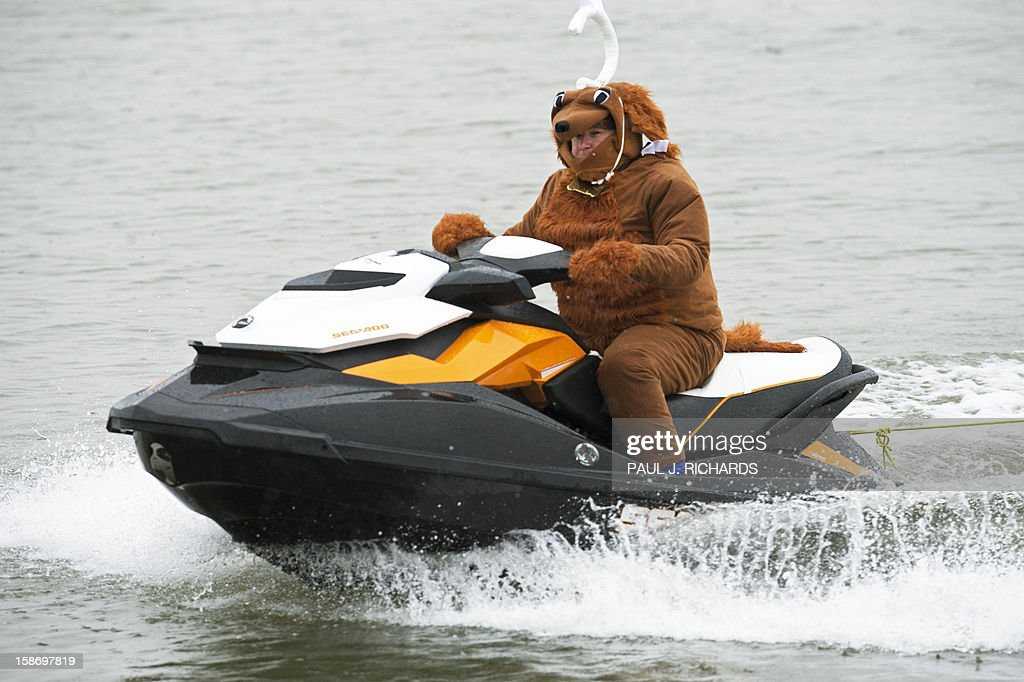 'Max the Dog,'cruises along the Potomac River on a jet ski December 24, 2012 at National Harbor in Maryland, near Washington, DC, during th 27th Annual Water Skiing show. This unusual annual event features a water-skiing Santa, flying elves, the Jet-skiing Grinch, and Frosty the Snowman performing on the Potomac River. AFP PHOTO/Paul J. Richards