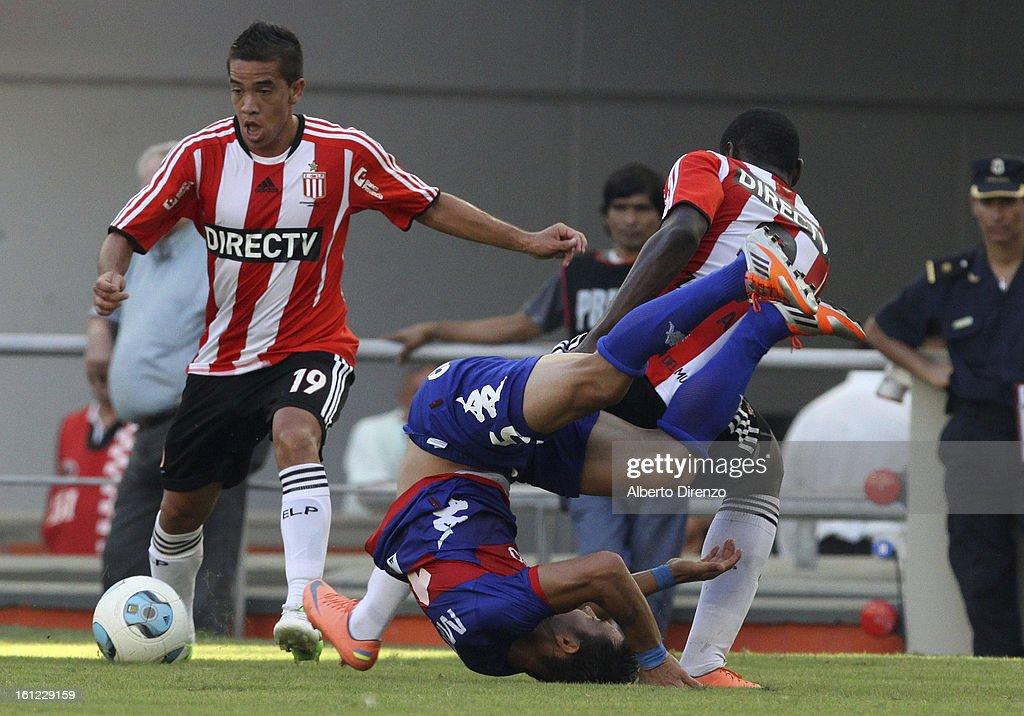 Maxi Nuñez wins the ball during a match between Estudiantes and Tigre as part of the 2013 Final Tournament on February 9, 2013 in La Plata, Argentina.