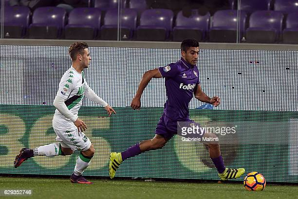 Maxi Oliveira of ACF Fiorentina battles for the ball with Federico Ricci of US Sassuolo during the Serie A match between ACF Fiorentina and US...