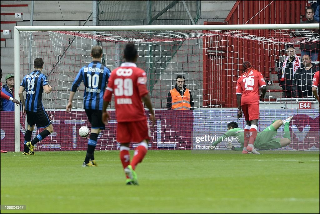 Maxime Lestienne of Club Brugge KV scores pictured during the Jupiler League Play-offs 1 match between Standard Liege and Club Brugge , on May 12 , 2013 in Sclessin, Belgium