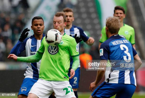 Maximilian Arnold of VfL Wolfsburg is challenged by Allan of Hertha BSC during the Bundesliga match between Hertha BSC and VfL Wolfsburg at...