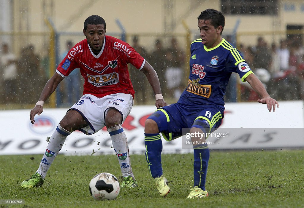 Maximiliano Nuñez (R) of Sporting Cristal struggles for the ball with Omar Reyes (L) of Union Comercio during a match between Union Comercio and Sporting Cristal as part of round 14 of Torneo Apertura 2014 at IPD de Moyobamba Stadium on August 24, 2014 in Moyobamba, Peru.