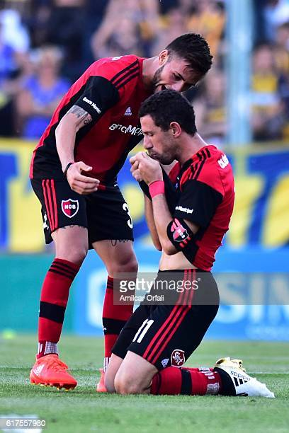 Maximiliano Rodriguez of Newell´s Old Boys celebrates after scoring the first goal of his team during a match between Rosario Central and Newell's...
