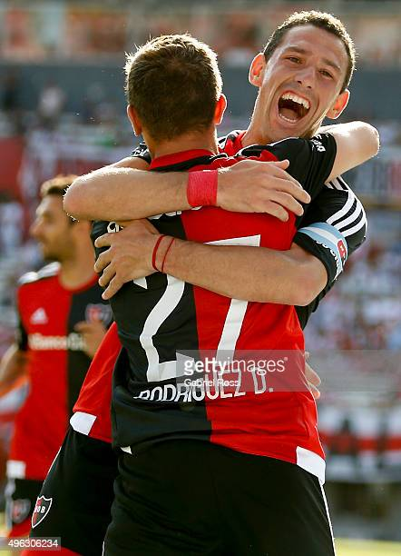 Maximiliano Rodriguez of Newell's Old Boys celebrates with his teammate Denis Rodríguez after scoring the first goal of his team during a match...
