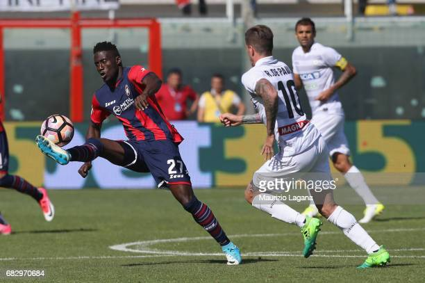 Maxwell Acosty of Crotone competes for the ball with Rodrigo De Paul of Udinese during the Serie A match between FC Crotone and Udinese Calcio at...