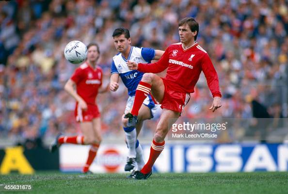 10 May 1986 FA Cup Final Everton FC v Liverpool FC Liverpool playermanager Kenny Dalglish passes the ball watched by Paul Bracewell