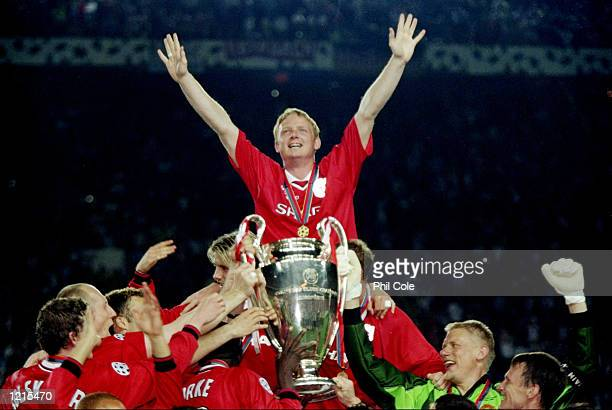 David May of Manchester United celebrates with team mates after a 21 victory over Bayern Munich in the UEFA Champions League Final at the Nou Camp in...