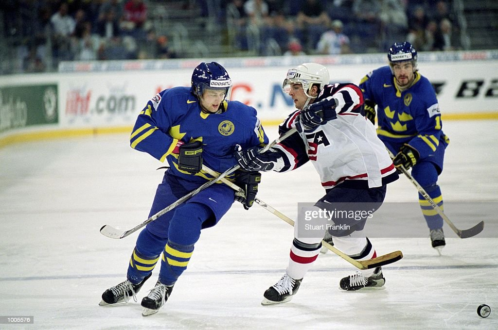 Kristian Huselius of Sweden takes on the USA defence during the IIHF World Ice Hockey Championship Third place play-off match between Sweden and the USA played at the Preussag Arena in Hannover, Germany. \ Mandatory Credit: Stuart Franklin /Allsport