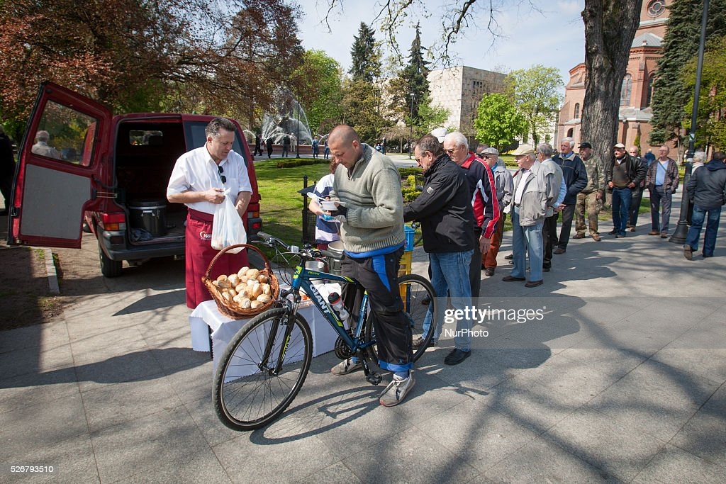 May 2016 - On Sunday all across the country left wing groups such as the Polish Association of Teachers, the Razem political party and the Democratic Left Alliance (SLD) organised rallies on the occasion International Workers Day. In Bydgoszcz bread and soup were handed out by volunteers.